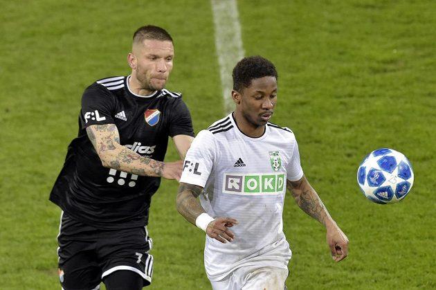 V souboji o míč (zleva) Martin Fillo z Ostravy a Adriel D Avila Ba Loua z Karviné.