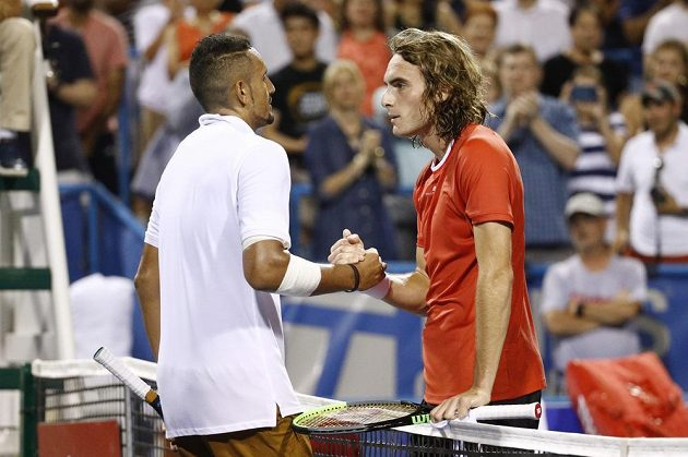 Australský tenista Nick Kyrgios (vlevo) a jeho řecký soupeř Stefanos Tsitsipas.