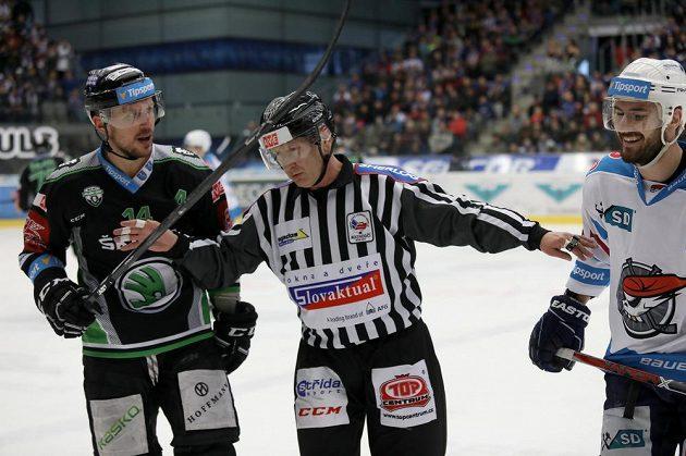 Chomutovský Dávid Skokan (vlevo) a vpravo mladoboleslavský Petr Vampola diskutují během utkání předkola play off hokejové extraligy. Rozhodčí oba hráče uklidňuje.