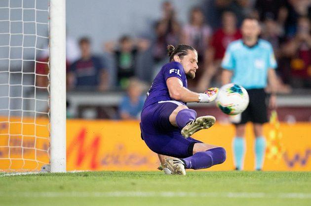 Brankář Příbrami Marek Boháč inkasuje třetí gól z penalty Guélora Kangy ze Sparty Praha během utkání 4. kola Fortuna ligy.