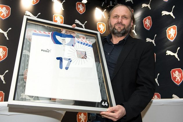 Internacionál Václav Němeček s dresem z EURO 1996 během představení nových reprezentačních dresů.
