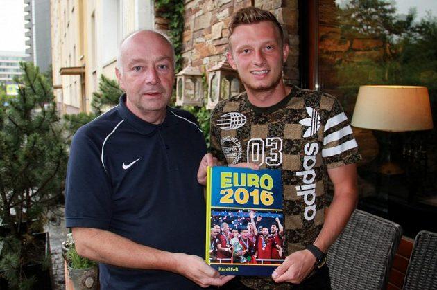 Záložník Ladislav Krejčí a autor knihy EURO 2016 Karel Felt.