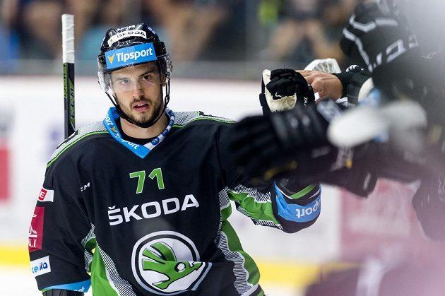 Tomáš Hyka z Mladé Boleslavi slaví svůj vstřelený gól na ledě Hradce.