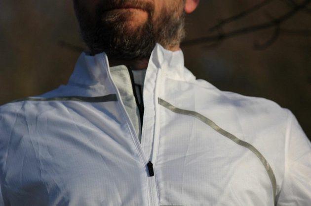 Běžecká větrovka Reebok Run Hero Jacket - detail zipu a límečku.