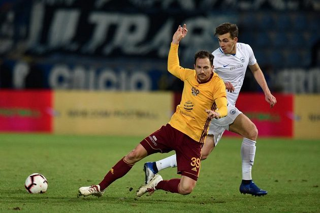 Fotbalista Jakub Podaný padá po ataku Tarase Kačaraby z Liberce.
