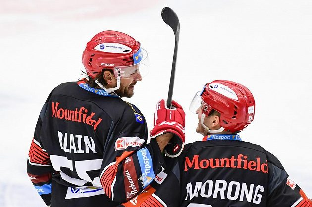 Zleva střelec gólu Jérémie Blain z Hradce Králové oslavuje gól s Matějem Morongem.