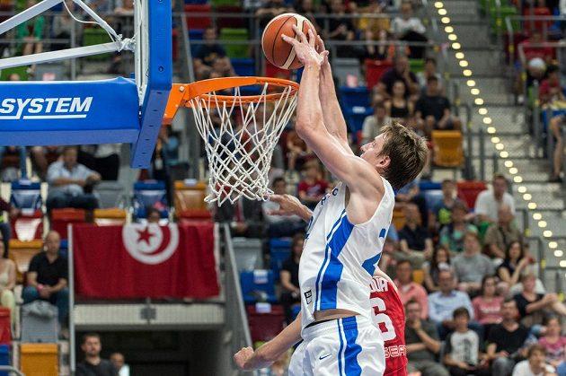 Český basketbalista Jan Veselý smečuje během přípravného utkání s Tuniskem.