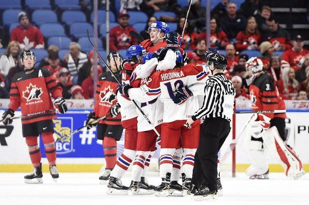 Čeští hokejisté se radují z úvodního gólu semifinále s Kanadou, který obstaral Filip Zadina.