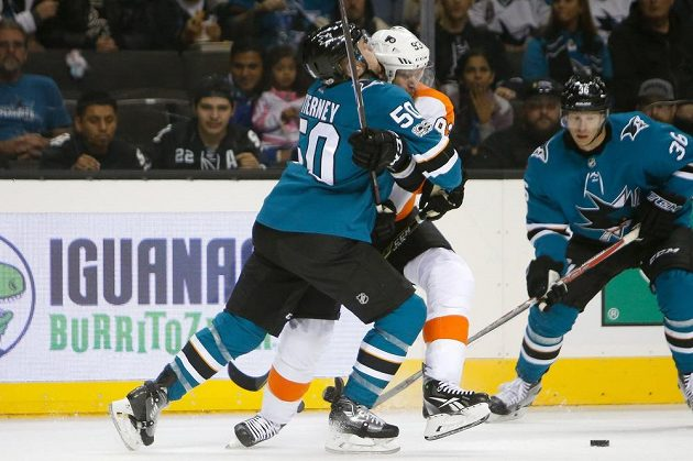 Útočník Philadelphie Flyers Jakub Voráček čelí ataku od útočníka San Jose Sharks Chrise Tierneyho (50). Voráček se ale stejně prosadil a přihrál na tři branky.