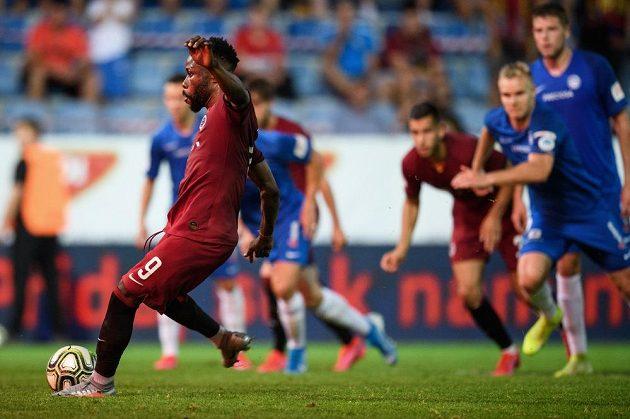 Guélor Kanga ze Sparty proměňuje nařízenou penaltu a střílí vítezný gól na 2:1 ve finále MOL Cupu proti Slovanu Liberec. Afričanovo loučení s rudým dresem tak bylo stylové...