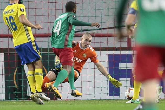 Zlínský brankář Stanislav Dostál inkasuje druhý gól z kopačky Manuela Fernandese (uprostřed).