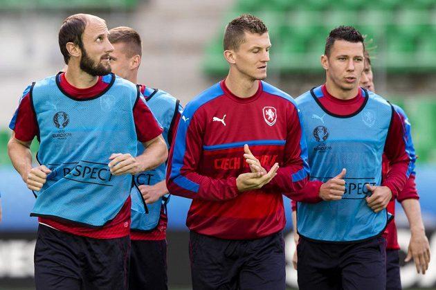 Čeští fotbalisté během čtvrtečního tréninku na stadiónu v St. Étienne. Zleva Roman Hubník, Tomáš Necid a Marek Suchý.