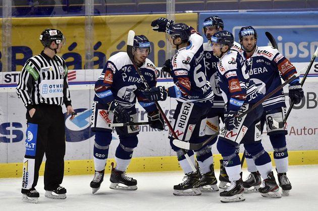 Hokejisté Vítkovic se radují z prvního gólu, který dal Dominik Lakatoš (vlevo)