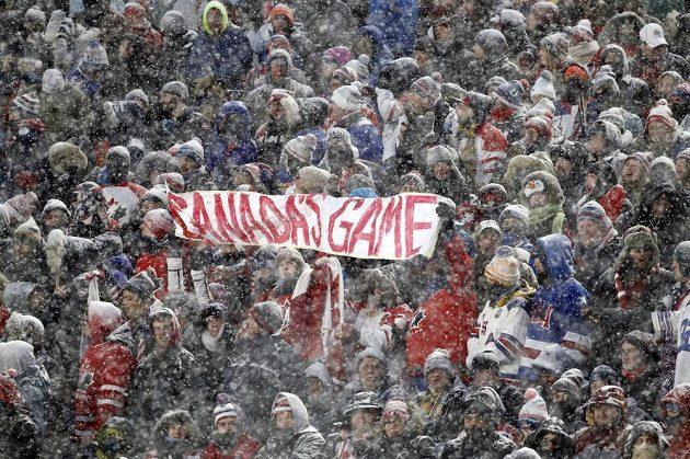 Wněžení vedle hokejistů čelily i tribuny a více než 40 tisíc diváků na nich