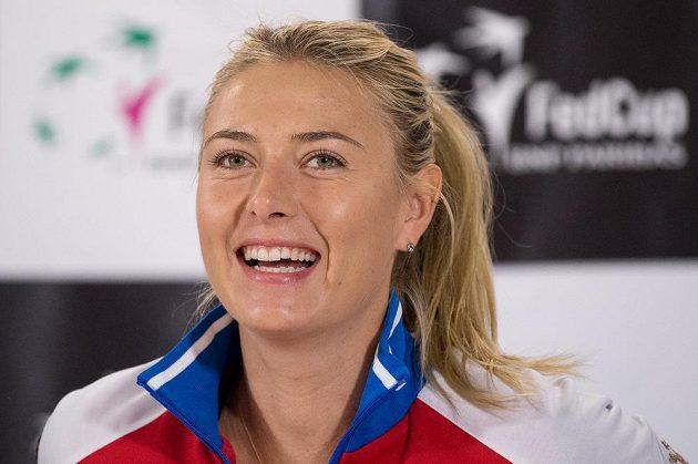 Smějící se ruská tenistka Maria Šarapovová během tiskové konference před finále Fed Cupu v Praze.