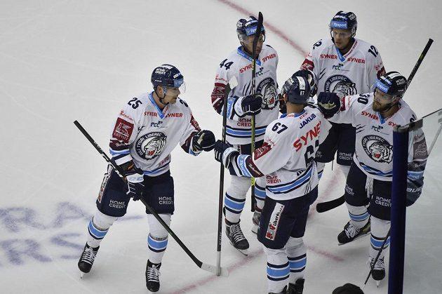 Autor prvního gólu Radan Lenc (vlevo) se raduje se spoluhráči z Liberce během utkání hokejového poháru Generali České pojišťovny.
