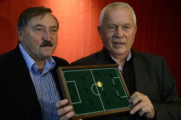 Bývalí reprezentanti Antonín Panenka (vlevo) a Ivo Viktor představili první pamětní minci Josef Masopust z nové série Československé fotbalové legendy.