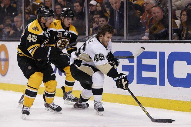 Joe Vitale (vpravo) z Pittsburghu Penguins uniká dvojici Bostonu David Krejčí (vlevo) a Matt Bartkowski.