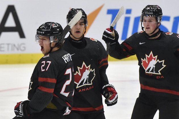Hráči Kanady se radují z prvního gólu