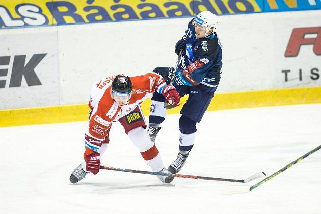 Olomoucký hokejista Jan Švrček čelí ataku Patrika Zdráhala z Plzně během utkání hokejové extraligy.
