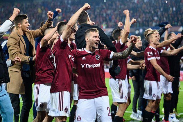 Fotbalisté Sparty Praha Jakub Pešek a Lukáš Haraslín oslavují vítězství v derby.