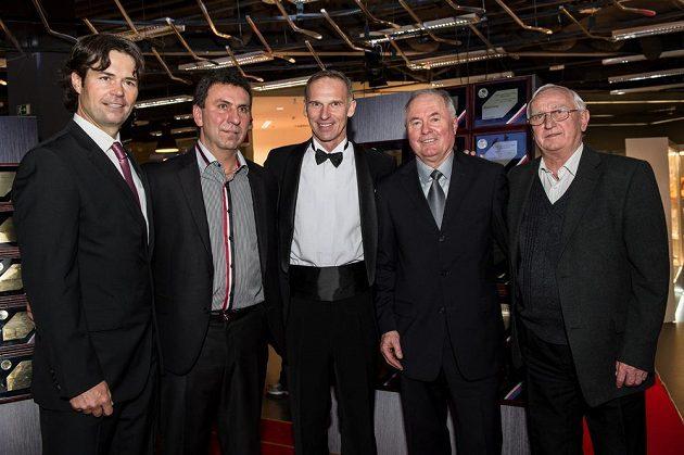 Dominik Hašek (třetí zprava) se čtyřmi novými členy v Síni slávy. Zleva Robert Lang, Jiří Kučera, Pavel Křížek a Jan Hrbatý.