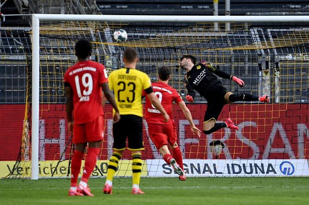 Dortmundský brankář Roman Bürki míč z kopačky Joshuy Kimmicha na cestě do sítě nezastavil.
