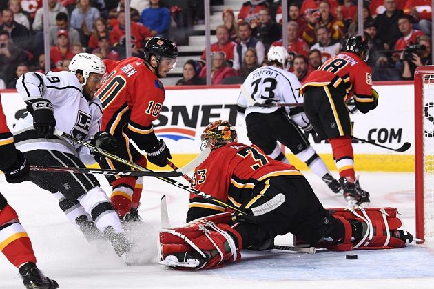 Brankář Calgary David Rittich v duelu NHL proti Los Angeles Kings.