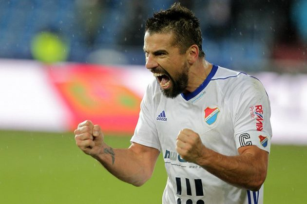 Ostravský útočník Milan Baroš z Baníku se raduje z vítězného gólu v utkání Het ligy s Karvinou. Gól kvůli ofsajdovému postavení.