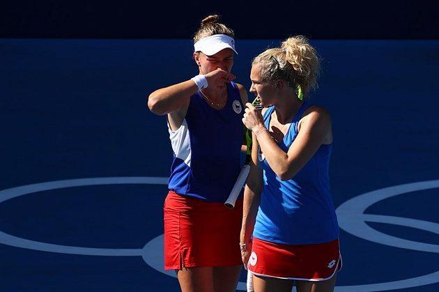 České tenistky Barbora Krejčíková (vlevo) a Kateřina Siniaková ve finále olympijské čtyřhry.