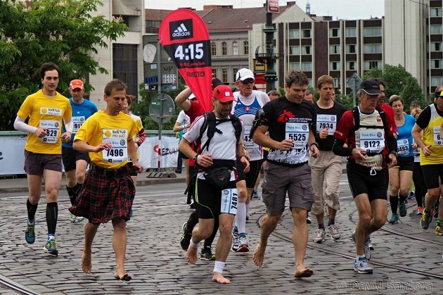 Tomáš Šebek běží maratón naboso.