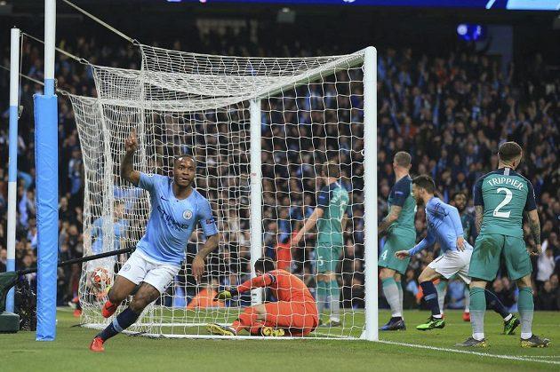 Záložník Manchesteru City Raheem Sterling jásá. Právě potřetí překonal obranu i brankáře Tottenhamu.