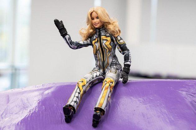 Snowboardistka a lyžařka Ester Ledecká představila svojí panenku Barbie během předsezónní tiskové konference.