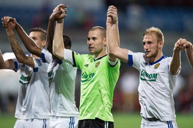 Fotbalisté Zlína oslavují vítězství v Plzni.