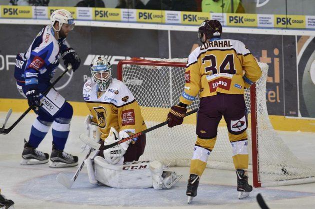 Brankář Jihlavy Lars Volden inkasuje první gól od Tomáše Vincoura z Brna (vlevo), vpravo je Jan Zdráhal z Jihlavy.