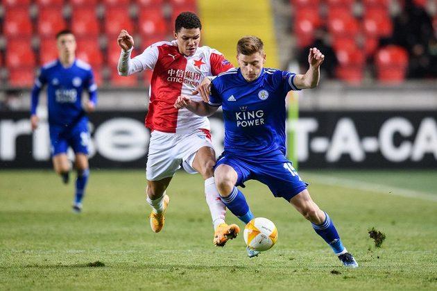Alexander Bah ze Slavie Praha a Harvey Barnes z Leicesteru během utkání vyřazovací části Evropské Ligy.