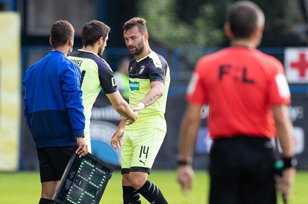 Milan Havel z Viktorie Plzeň střídá Radima Řezníka během utkání s Libercem.