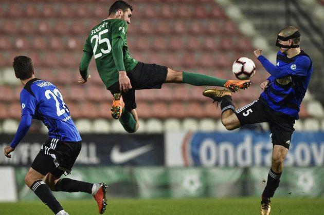 Karel Soldát z Příbrami šel do souboje s Davidem Bartkem z Bohemians v pohárovém utkání hodně odvážně.