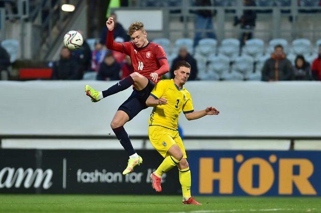 Český reprezentant Adam Karabec (10) a Florian Hoxha z Kosova.