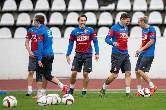 Dobrá nálada provázela úterní trénink české fotbalové reprezentace. Zprava jsou Ladislav Krejčí, David Pavelka a Josef Šural.