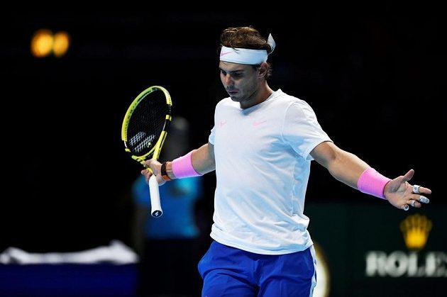 Španělský tenista Rafael Nadal reaguje během utkání s Daniilem Medveděvem z Ruska na Turnaji mistrů.