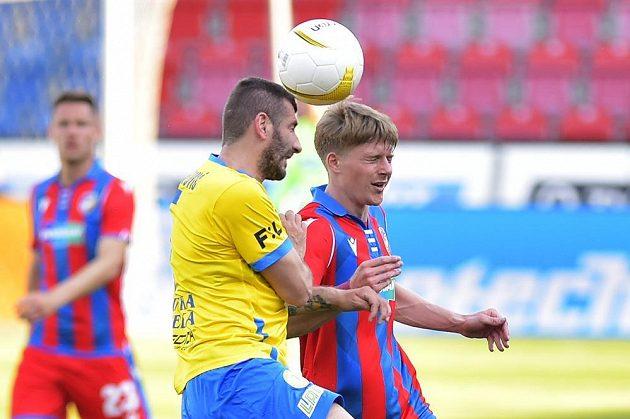 Zleva Admir Ljevakovič z Teplic a Pavel Šulc z Plzně v pohárovém semifinále.