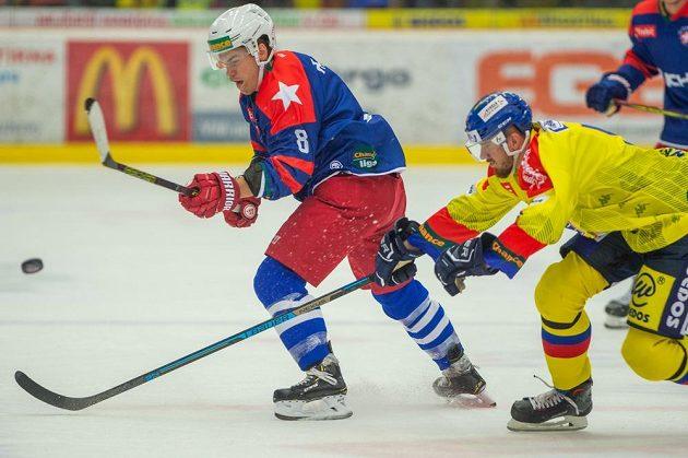 Lukáš Paták z Třebíče a Karel Plášil z Českých Budějovic během utkání 1. kola hokejové Chance ligy.