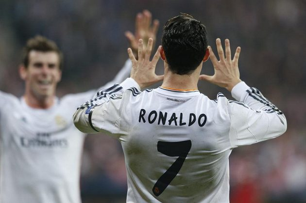 Cristiano Ronaldo oslavuje s Garethem Balem svůj gól proti Bayernu.