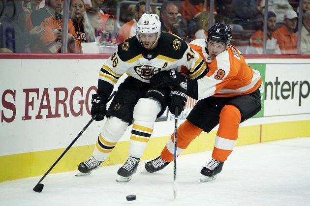 Útočník Bostonu David Krejčí (vlevo) v akci během přípravného zápasu s Philadelphií před startem nového ročníku NHL.