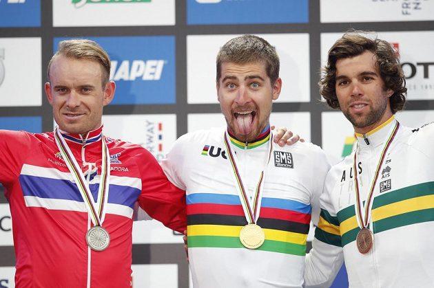 Slovenský mistr světa Peter Sagan (uprostřed), na stupních s ním jsou stříbrný Nor Alexander Kristoff (vlevo) a bronzový Australan Michael Matthews.