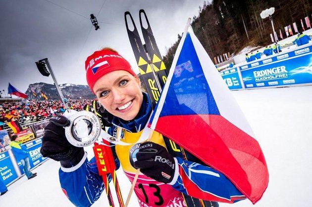 Gabriela Soukalová se stříbrnou medailí ze závodu SP v Ruhpoldingu.