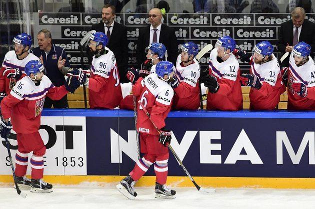Čeští hokejisté slaví gól proti Švýcarsku. Na ledě autor vyrovnávací branky Michal Birner (vlevo) a obránce Michal Kempný.