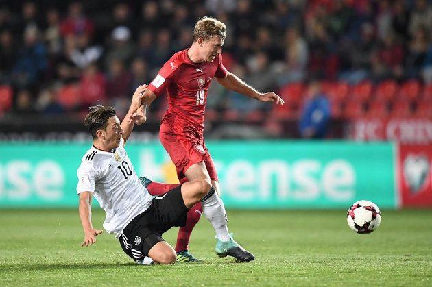 Mesut Özil skluzem zásahl před dotírajícím Ladislavem Krejčím.