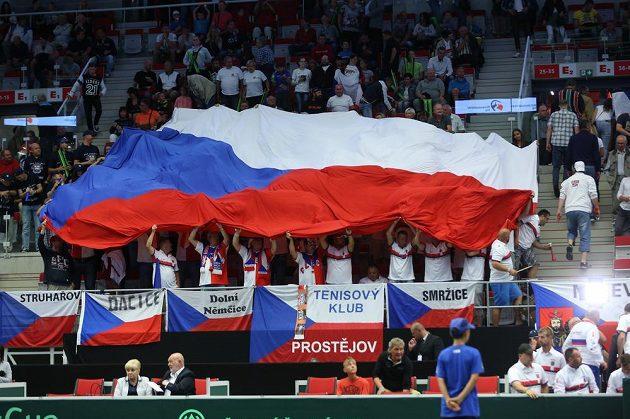 Čeští fanoušci povzbuzují Lukáše Rosola v zápase s Francouzem Jo-Wilfriedem Tsongou.